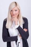 Retrato de la mujer rubia vestida casual que presenta con los brazos cruzados Fotos de archivo