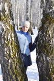 Retrato de la mujer rusa en la madera de abedul en el invierno Imagen de archivo
