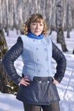 Retrato de la mujer rusa en la madera de abedul en el invierno Fotos de archivo