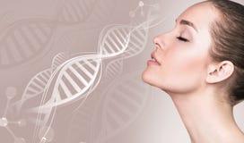 Retrato de la mujer sensual en cadenas de la DNA fotos de archivo libres de regalías