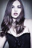 Retrato de la mujer sensual en obscuridad Foto de archivo libre de regalías