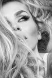 Retrato de la mujer sensual hermosa con el blonde largo su pelo con los ojos verdes en el maquillaje ubicuo Foto de archivo