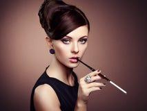 Retrato de la mujer sensual hermosa con el peinado elegante Imágenes de archivo libres de regalías