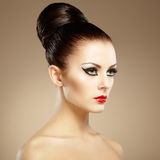 Retrato de la mujer sensual hermosa con el peinado elegante.  Por Fotografía de archivo libre de regalías