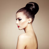 Retrato de la mujer sensual hermosa con el peinado elegante.  Por Imagenes de archivo