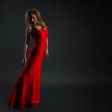 Retrato de la mujer sensual hermosa en vestido rojo de la moda Imágenes de archivo libres de regalías