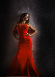 Retrato de la mujer sensual hermosa en vestido rojo de la moda Foto de archivo