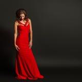 Retrato de la mujer sensual hermosa en vestido rojo de la moda Imagen de archivo libre de regalías