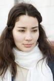 Retrato de la mujer seria con la bufanda blanca foto de archivo libre de regalías