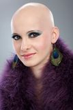 Retrato de la mujer sin pelo en boa púrpura foto de archivo libre de regalías