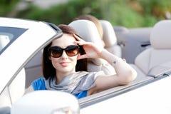 Retrato de la mujer soñadora en el coche blanco Foto de archivo libre de regalías