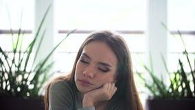Retrato de la mujer soñolienta en la mañana dentro metrajes