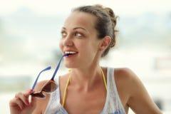 Retrato de la mujer sonriente bonita con los vidrios. Foto de archivo libre de regalías