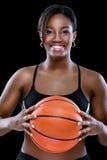 Retrato de la mujer sonriente con baloncesto imagen de archivo libre de regalías