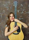 Retrato de la mujer sonriente con la guitarra acústica Foto de archivo libre de regalías