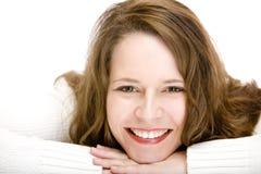 Retrato de la mujer sonriente con la barbilla en las manos fotografía de archivo libre de regalías