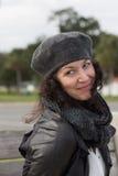 Retrato de la mujer sonriente con la boina gris imagenes de archivo