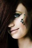Retrato de la mujer sonriente con los diamantes sobre cara Foto de archivo libre de regalías