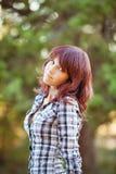 Retrato de la mujer sonriente de pelo rubio atractiva joven en el parque del verde del verano. Imagen de archivo