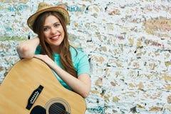Retrato de la mujer sonriente dentuda joven con la guitarra Imágenes de archivo libres de regalías