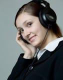 Retrato de la mujer sonriente en auriculares Imagen de archivo libre de regalías