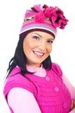 Retrato de la mujer sonriente en casquillo rosado del knit fotografía de archivo libre de regalías