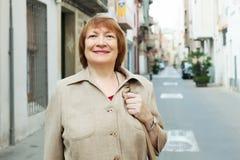 Retrato de la mujer sonriente en la ciudad europea Fotos de archivo
