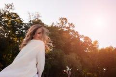 Retrato de la mujer sonriente en una rebeca blanca foto de archivo