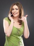 Retrato de la mujer sonriente feliz con el teléfono móvil Imagen de archivo libre de regalías