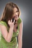 Retrato de la mujer sonriente feliz con el teléfono móvil Fotografía de archivo libre de regalías