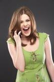 Retrato de la mujer sonriente feliz con el teléfono móvil Fotografía de archivo