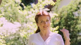 Retrato de la mujer sonriente feliz del pelirrojo al aire libre almacen de metraje de vídeo