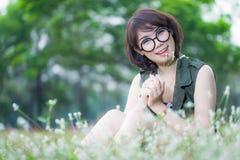 Retrato de la mujer sonriente feliz joven con el vidrio Fotos de archivo libres de regalías