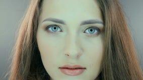 Retrato de la mujer sonriente feliz joven hermosa almacen de metraje de vídeo