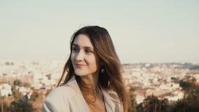 Retrato de la mujer sonriente feliz que se opone al panorama de Roma, Italia En cámara de mirada femenina, disfrutando del día Imágenes de archivo libres de regalías