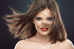 Retrato de la mujer sonriente hermosa con el pelo que sopla largo Fotografía de archivo libre de regalías