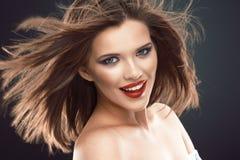 Retrato de la mujer sonriente hermosa con el pelo que sopla largo Fotos de archivo libres de regalías
