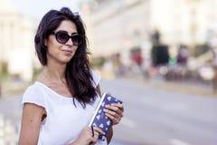 Retrato de la mujer sonriente hermosa con poco bolso en la mano Imagen de archivo
