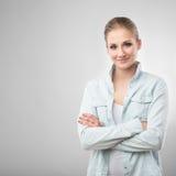 Retrato de la mujer sonriente hermosa en blanco Fotografía de archivo libre de regalías