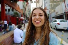 Retrato de la mujer sonriente hermosa en la vecindad japonesa Liberdade, Sao Paulo, el Brasil de Sao Paulo fotografía de archivo