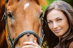 Retrato de la mujer sonriente joven con el caballo Foto de archivo libre de regalías