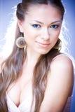 Retrato de la mujer sonriente joven con el marrón largo ha Fotos de archivo
