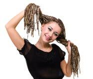 Retrato de la mujer sonriente joven con los dreadlocks Fotografía de archivo