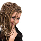 Retrato de la mujer sonriente joven con los dreadlocks Foto de archivo