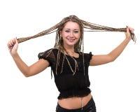 Retrato de la mujer sonriente joven con los dreadlocks Imagenes de archivo