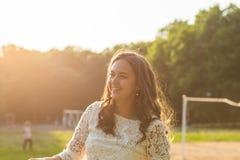 Retrato de la mujer sonriente joven en parque del verano, afuera Fotos de archivo