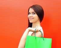 Retrato de la mujer sonriente joven hermosa con el panier Fotos de archivo libres de regalías