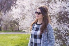 Retrato de la mujer sonriente joven hermosa con las gafas de sol Foto de archivo libre de regalías