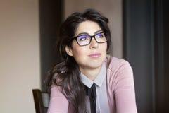 Retrato de la mujer sonriente joven hermosa con las lentes modernas Fotos de archivo