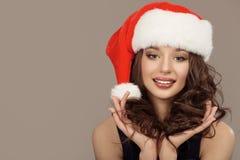 Retrato de la mujer sonriente linda atractiva en el sombrero de santa fotos de archivo